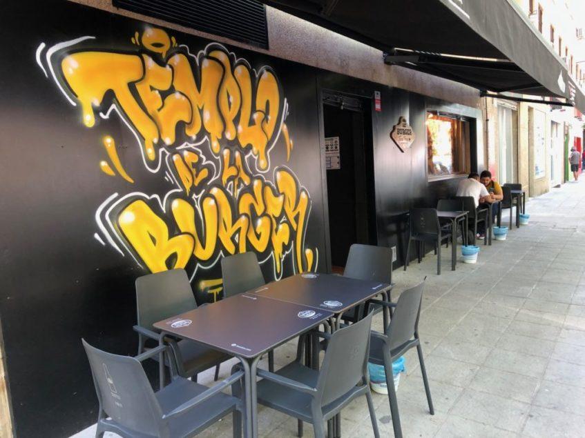 La nueva ubicación de la hamburguesería también cuenta con terraza. Foto: CosasDeComé