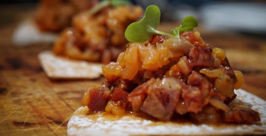 Tartar de salchichón ibérico y salmón con eneldo, tomate seco y encurtidos - Menú degustación 100% ibérico 2021