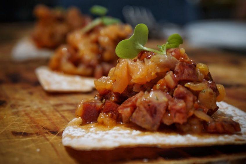 Tartar de salchichón ibérico y salmón con eneldo. Foto cedida por el establecimiento