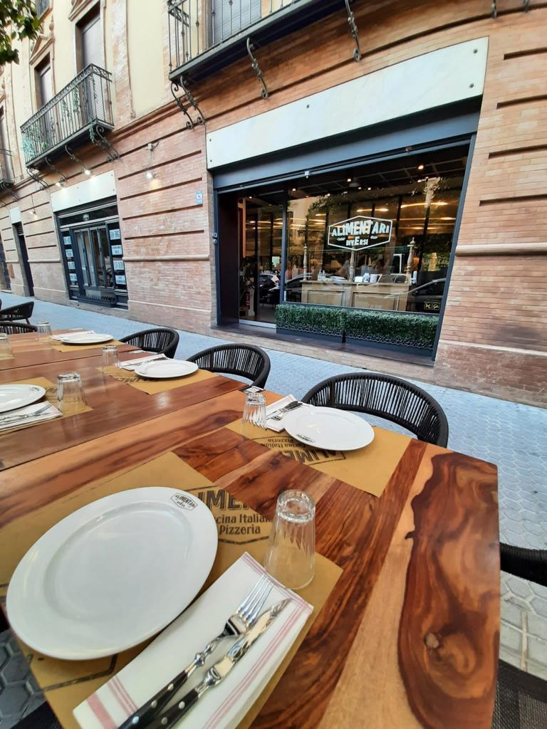 Terraza exterior de Alimentari e Diverso. Foto cedida por el establecimiento