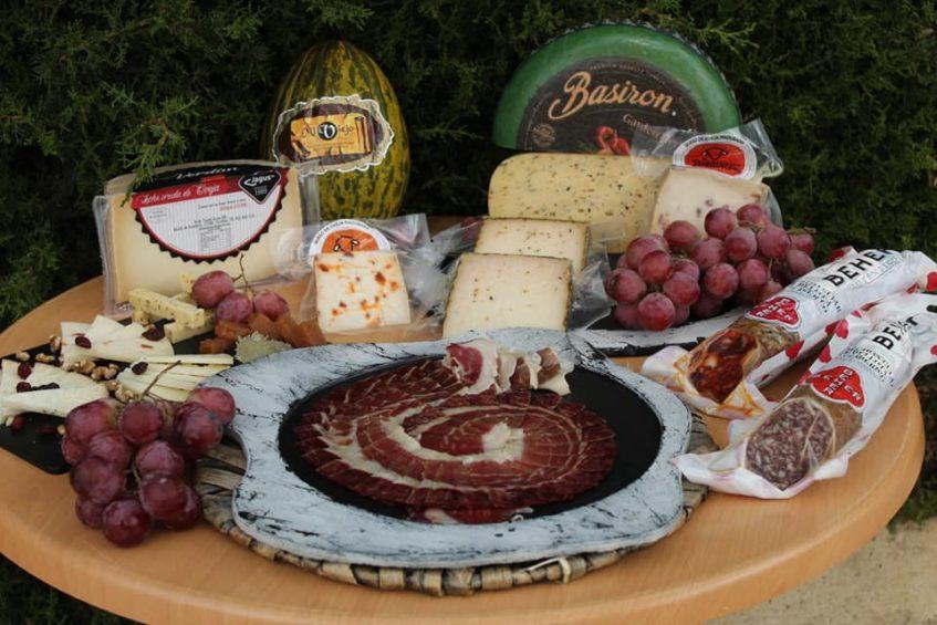 Junto a las carnes ibéricas, el jamón y el queso son los protagonistas de este espacio. Foto cedida por el establecimiento