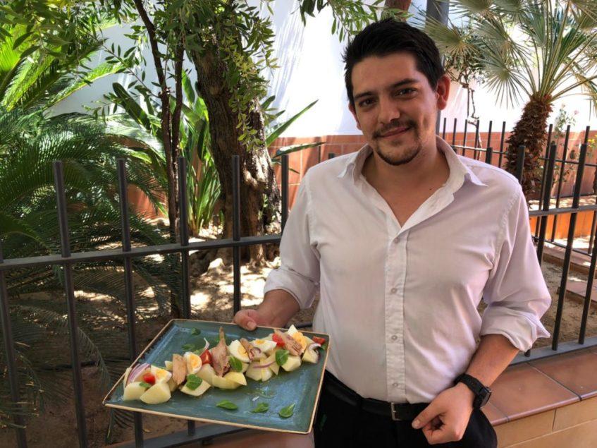 Cristian Valverde, encargado de una de las cervecerías, junto a la elaboración. Foto: CosasDeComé