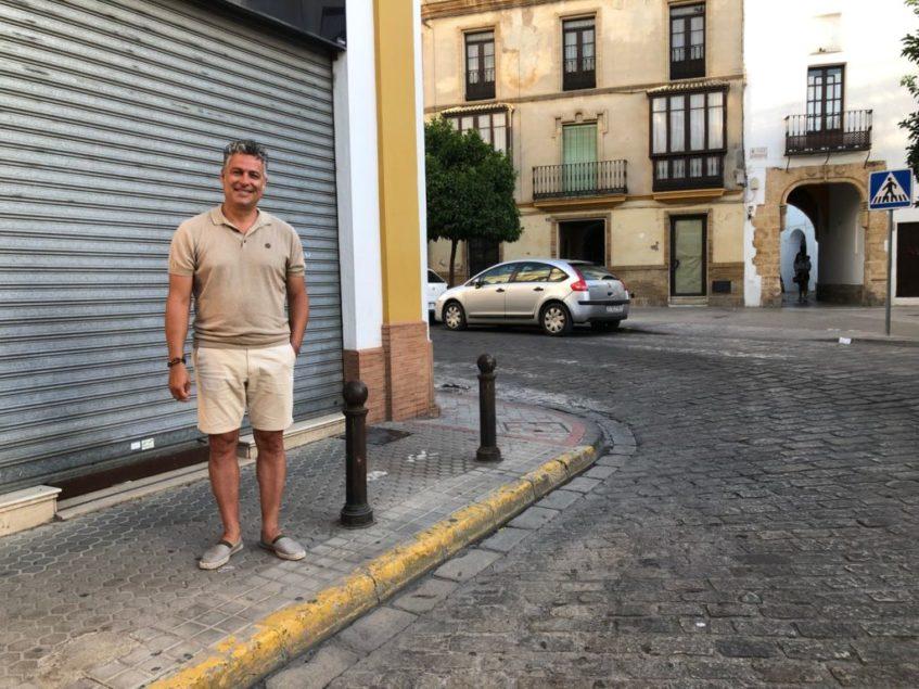 Jesús Fernández, junto a la que durante casi un siglo fuera la ubicación del bar La Paella. Foto: CosasDeComé