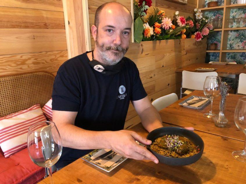 Sergio Guallanone muestra la tapa de carrillada al curry. Foto: CosasDeComé