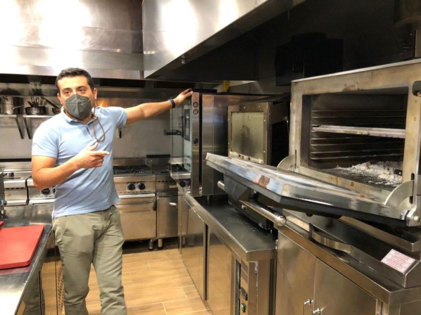 La Perdida Sevilla cuenta con una cocina abierta con tres tipos de hornos. Foto: CosasDeComé