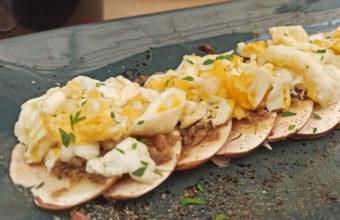 El carpaccio de champiñones Portobello con trufa rallada y huevos rotos del restaurante La Yedra