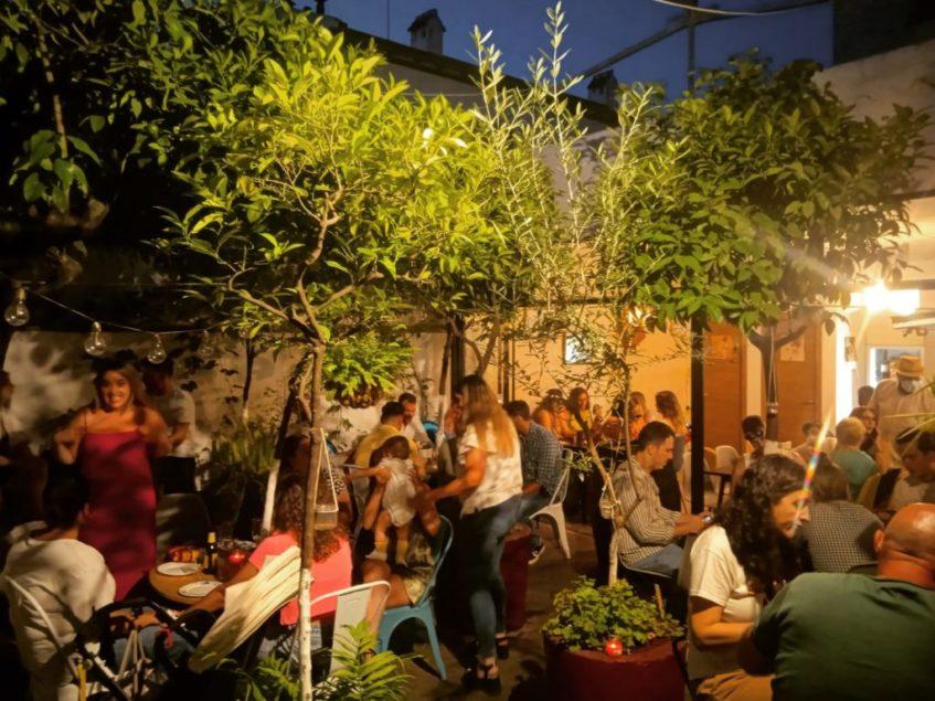 El patio es es el epicentro de toda la actividad de la taberna. Foto cedida por el establecimiento