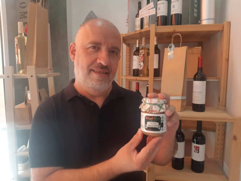 Juan Poza, propietario de las Bambalina y Kómelo Sano, junto a su salsa. Foto cedida por el establecimiento