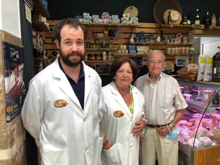 Moisés Cruz, orgulloso heredero de la receta familiar de Manteca Casa Cruz, junto a sus padres, Mati Muñoz y Adolfo Cruz, en su tienda. Foto: CosasDeComé