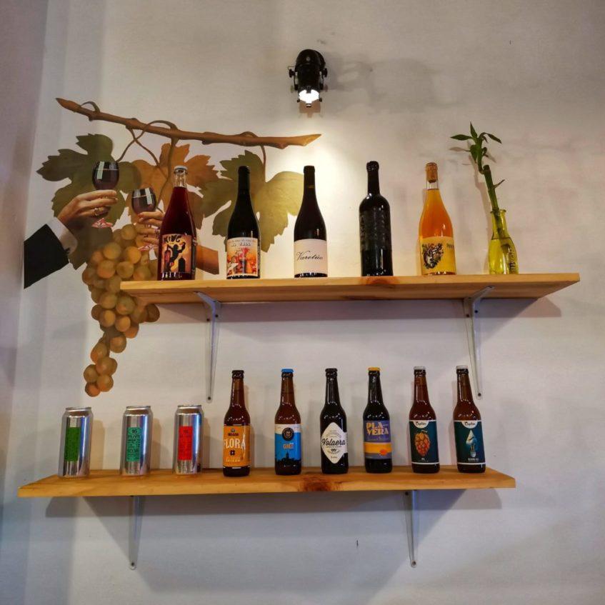 Selección de vinos naturales y cervezas artesanas del local. Foto cedida por el establecimiento