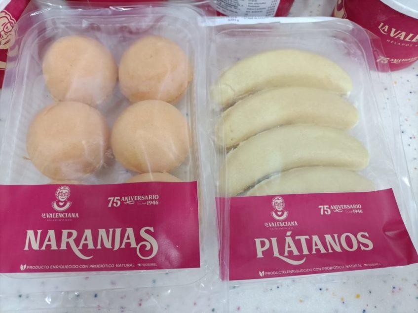 Los plátanos y naranjas de oblea rellenos de helado del mismo sabor, ahora también con probióticos, son dos clásicos de La Valenciana. Foto cedida por el establecimiento