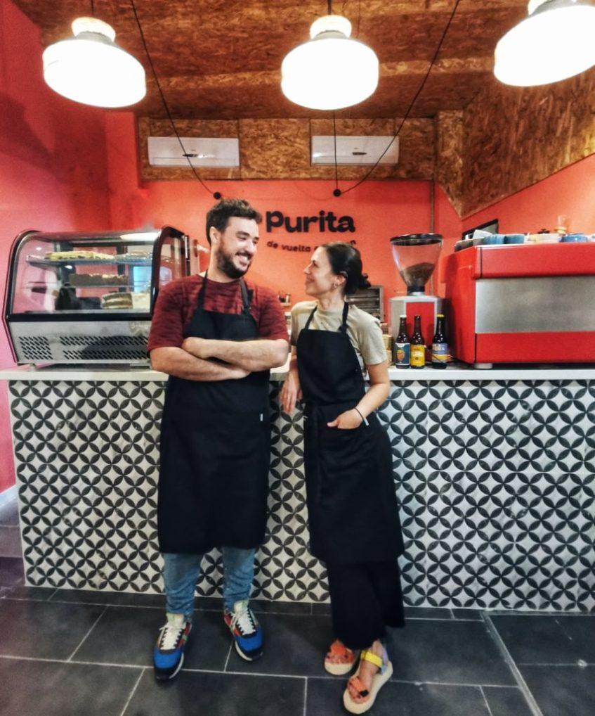 Felipe Rull y Pepa Beteta en el mostrador de Purita. Foto cedida por el establecimiento