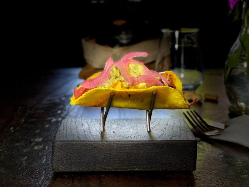 Taco de oreja pibil, guacamole ahumado, polvo de kikos y cebolla encurtida de Vergel. Foto cedida por el establecimiento