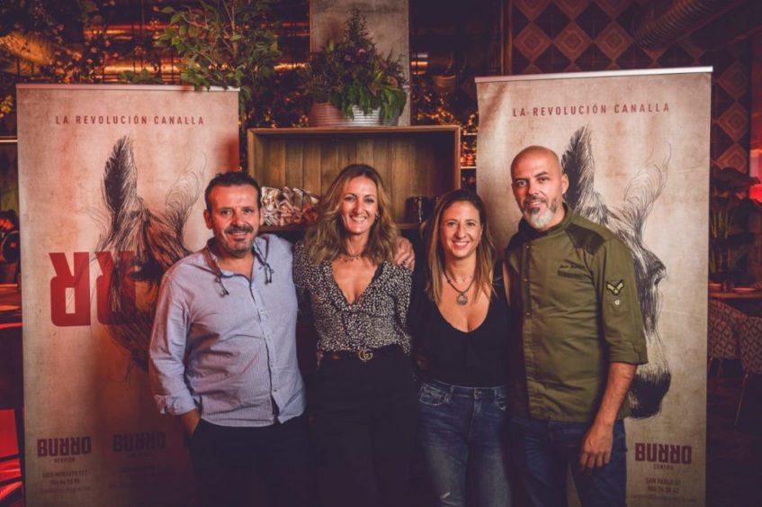 Joaquin Domínguez y Socorro Pérez, Sira Farfán y Jesús Laborda, socios del proyecto 'Burro'. Foto cedida por el establecimiento