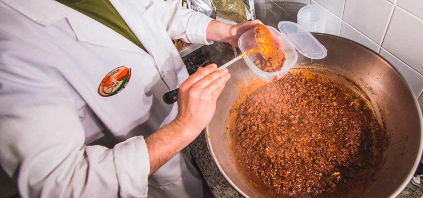 Tras diez años de inactividad, Moisés Cruz ha recuperado la receta tradicional y la elabora tal y como la hacía su madre Mati Muñoz. Foto cedida por el establecimiento