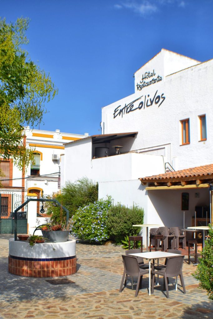Entreolivos se encuentra en la entrada del Pedroso, junto a la estación de tren. Foto cedida por el establecimiento